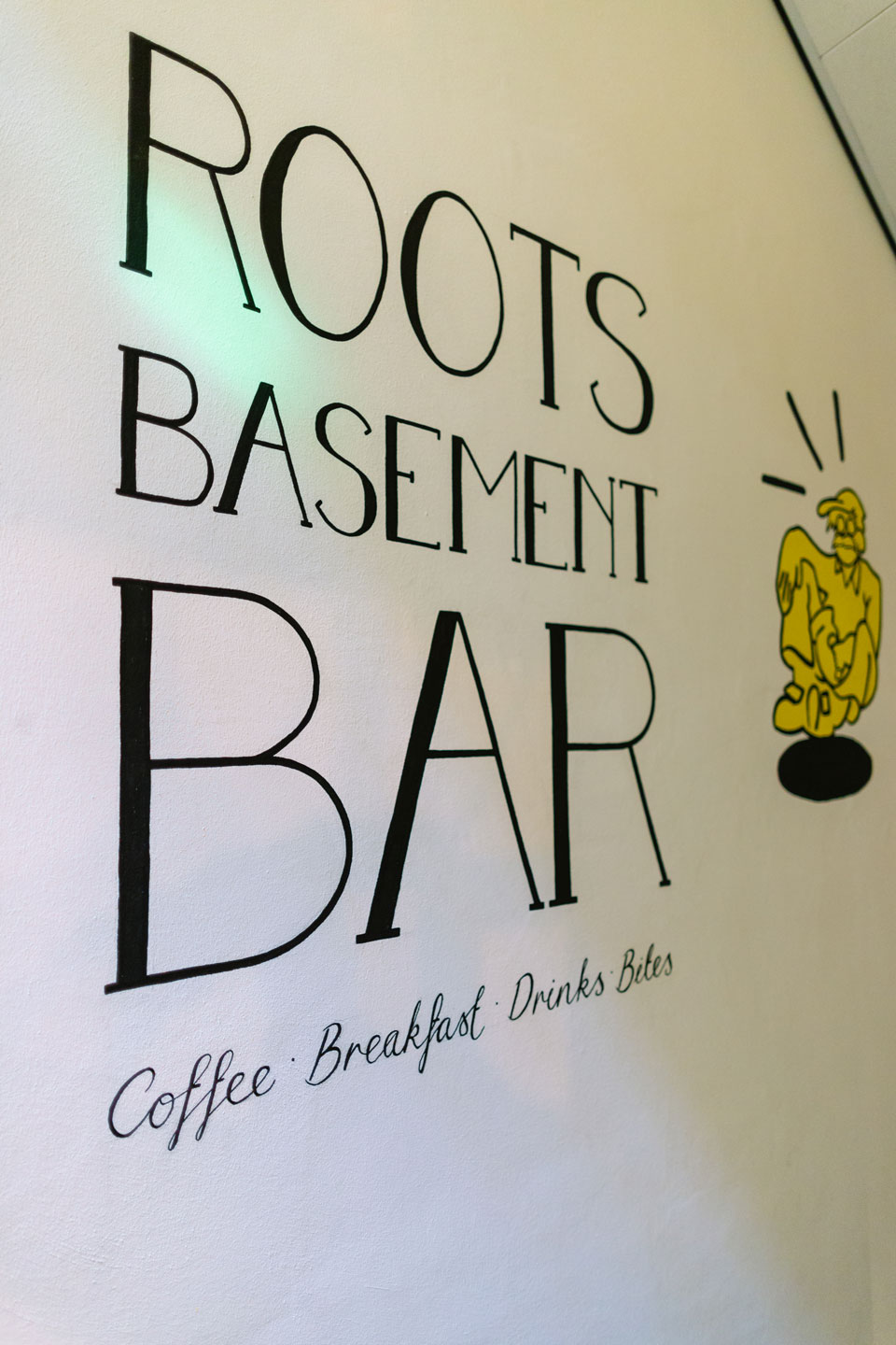 Basement Hostel Roots - Sign bar naast lift - Coffee, breakfast, drinks and bites