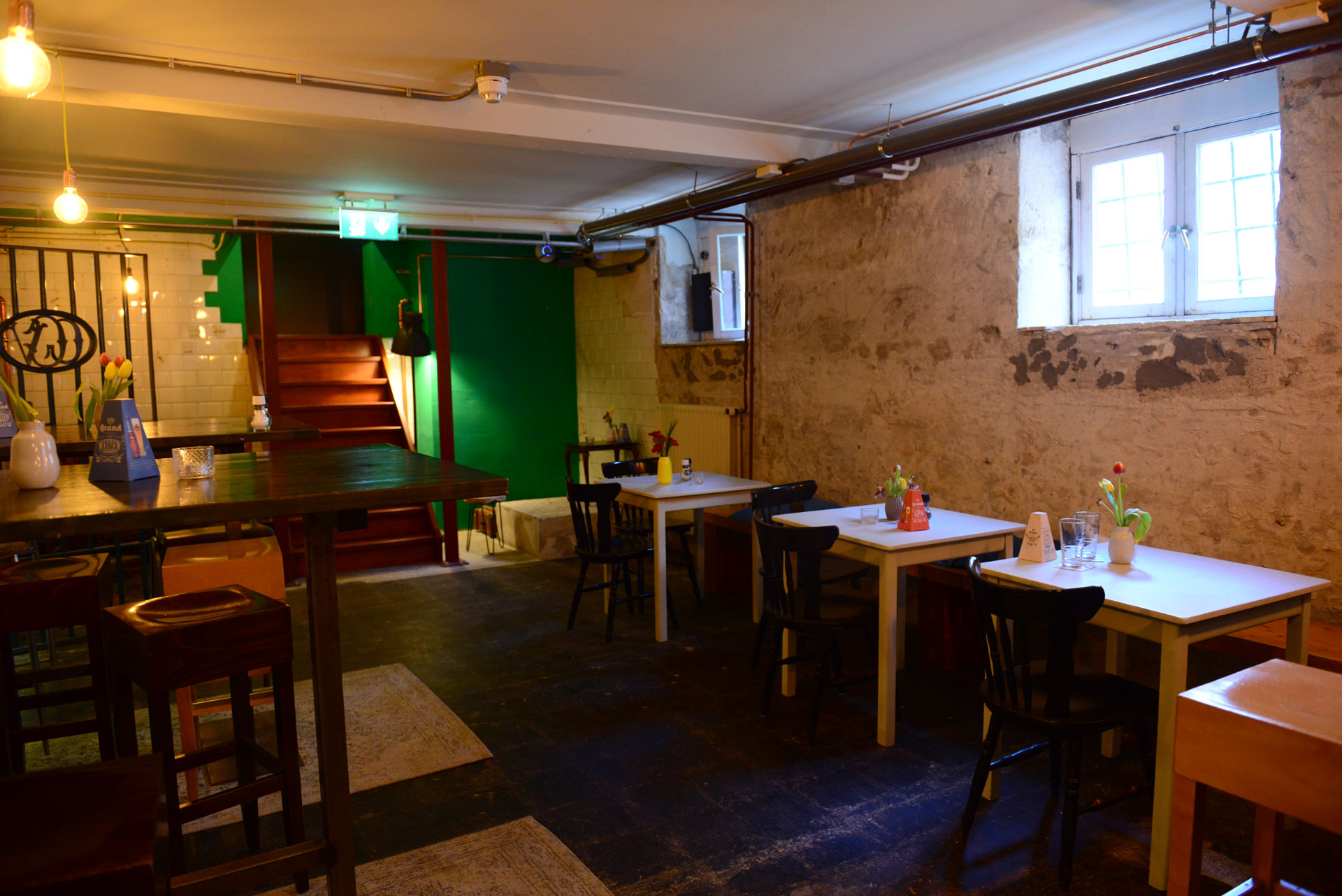 Basement Bar Hostel Roots Tilburg - ruimte voor groepen - presentaties - meetings
