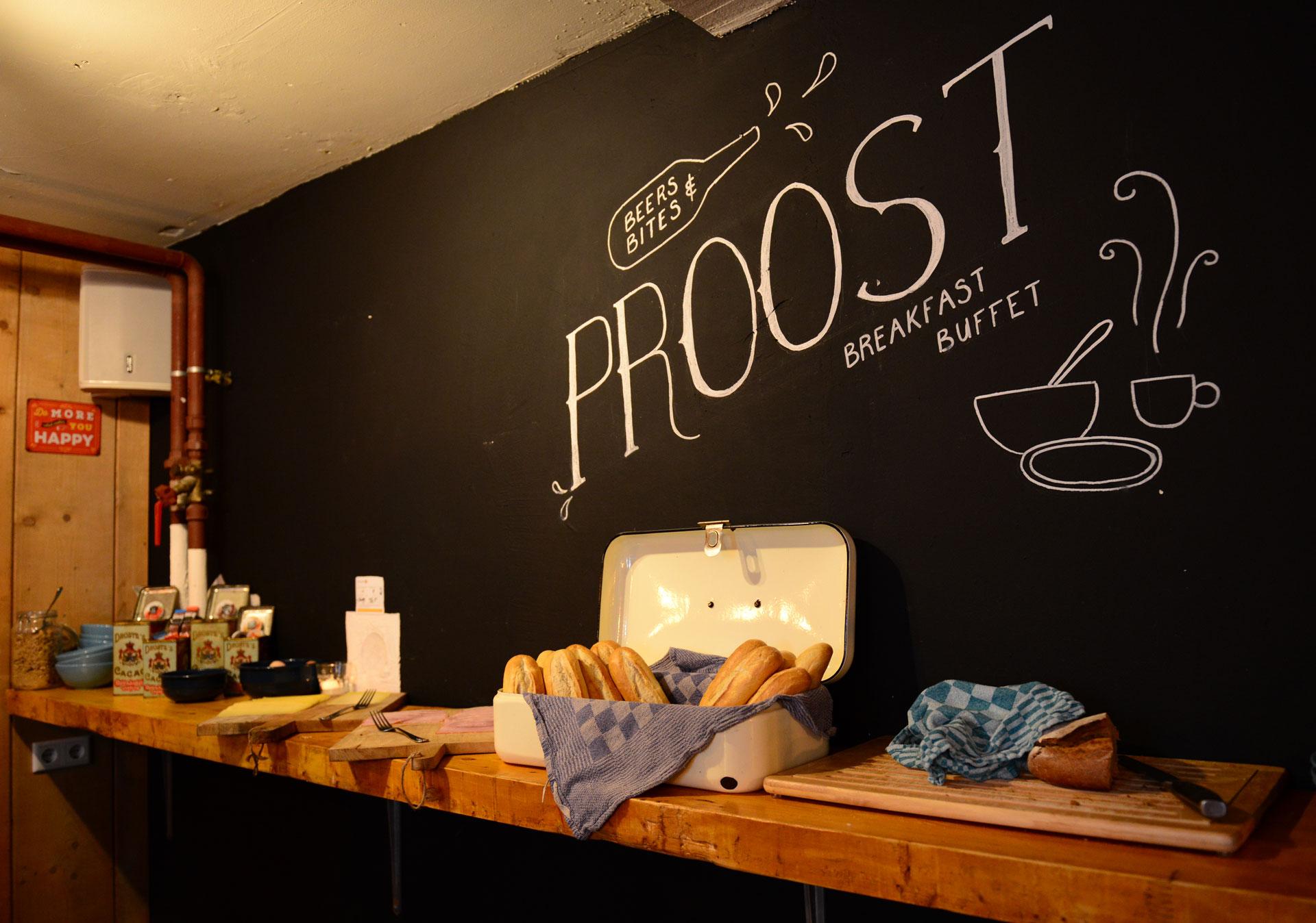 Eten-en-drinken-Hostel-Roots-TilburgOntbijt-buffet